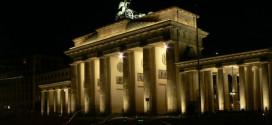 שער ברנדנבורג, ברלין. לא יורדים לשם, רק קופצים למשחק (צילום: Alistair Young_flickr_cc)