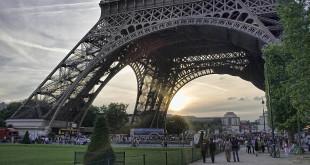 מתחם אוהדים בפאריס לרגלי מגדל אייפל. חגיגה צרפתית (צילום: Gabriel Villena flickr_cc)